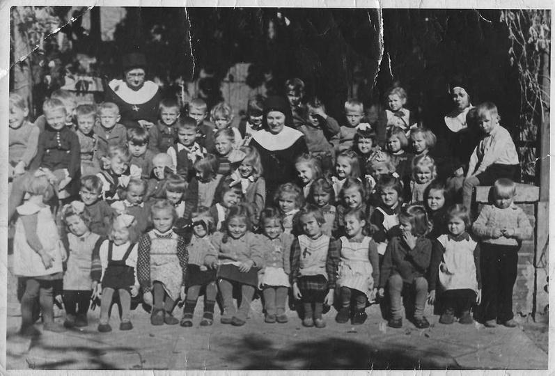 Rok 1946, zdjęcie dzieciaczków z ochronki czyli przedszkola, które mieściło się ... -