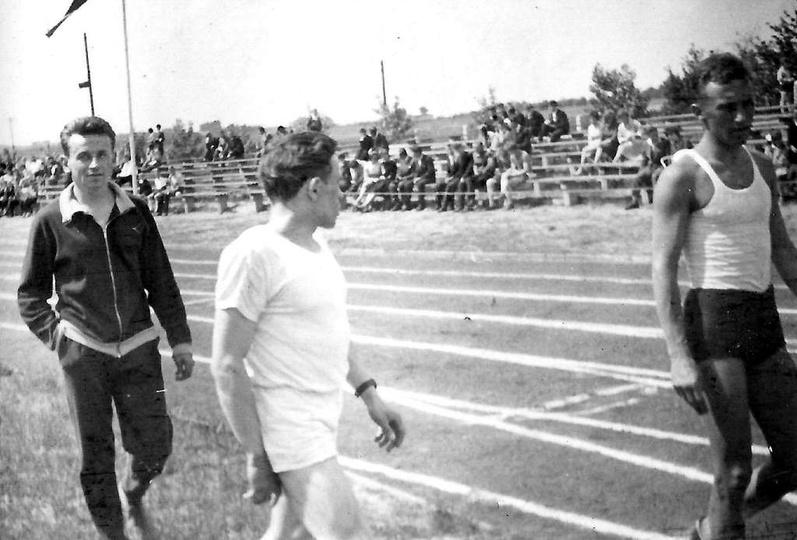 Rok 1962, stadion miejski w Ostrzeszowie.  Od lewej: Antoni Manikowski, Roman Ż..., stare zdjęcia -