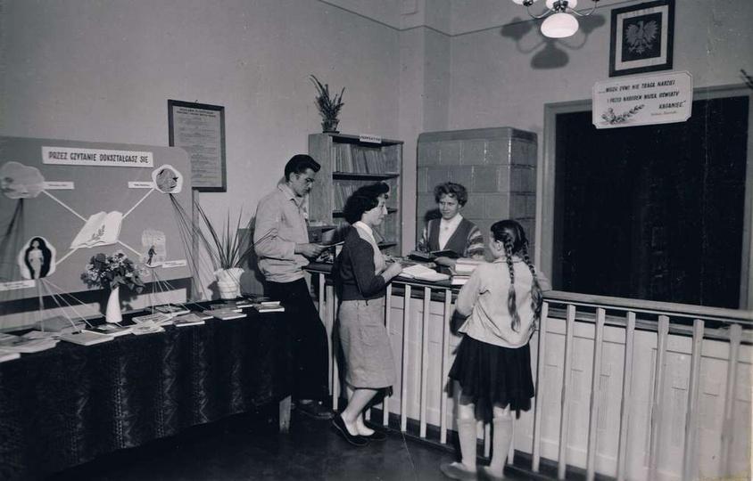 Rok 1959, prawdopodobnie pomieszczenie w bibliotece, która w latach 1958-64 miał..., stare zdjęcia -