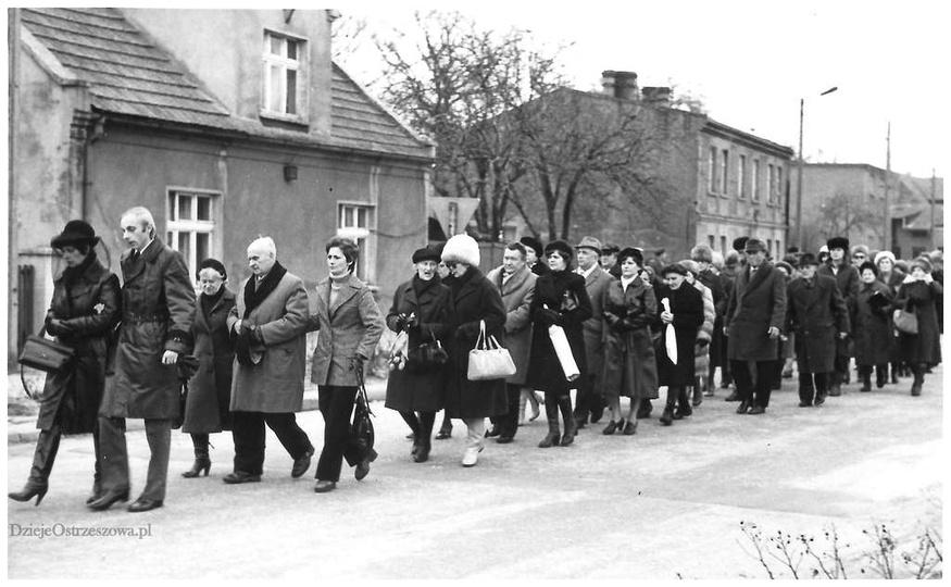 """Lata 80-te, ul. Św. Mikołaja, kondukt pogrzebowy wychodzi z """"Mikołajka"""". Sporady..., stare zdjęcia -"""