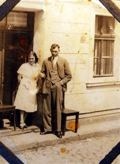 Rodzice (Stanisława i Wincenty) autora komentarza przed domem na Targowej 2. Rok..., stare zdjęcia -