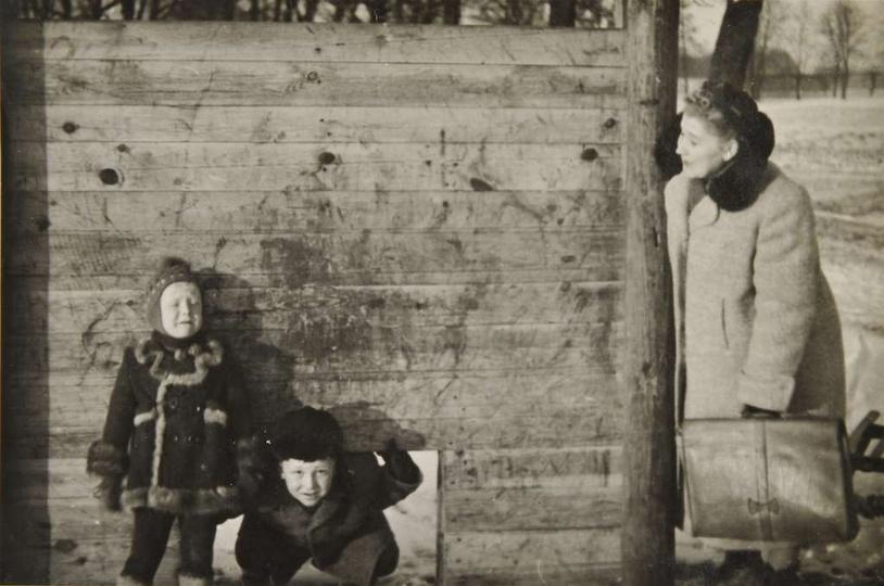 Lata 50-te, pani Stefania Kasprzak z synami. Fragment toru przeszkód, przy alejk..., stare zdjęcia -