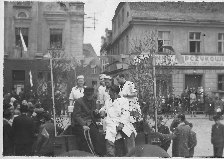 Pierwszy maja, początek lat pięćdziesiątych. Pracownicy PSS-ów, na rynku (w tyle..., stare zdjęcia -