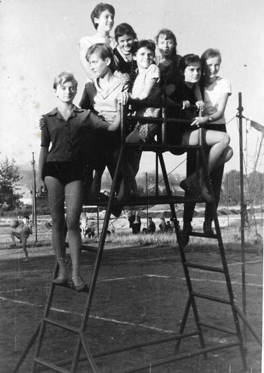 Rok ok. 1963, siatkarki K.S. Piast, zdjęcie zrobiono na na kortach tenisowych na... -