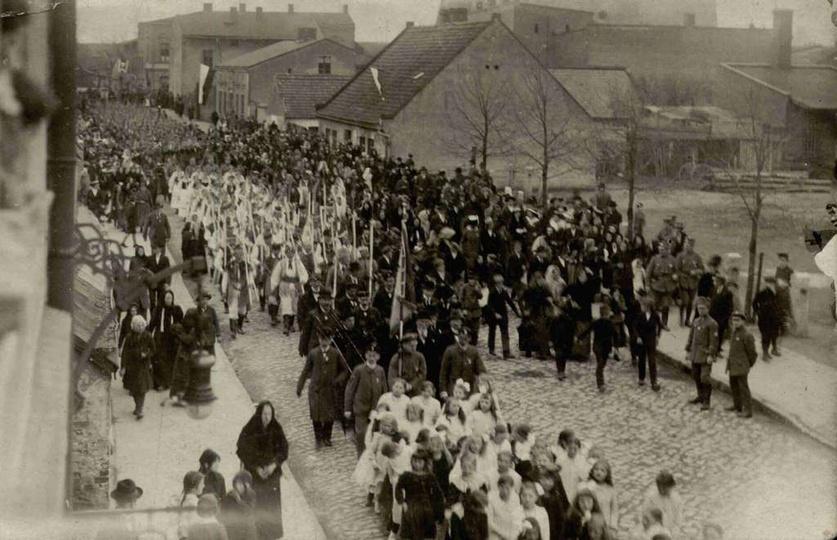 W maju 1919 roku na rynku w Ostrzeszowie miała miejsce duża, bardzo uroczysta ms..., stare zdjęcia -
