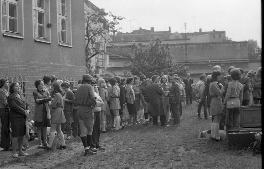 """Pożegnanie z rodzicami. Harcerze """"Watry"""" wyjeżdżają na obóz w Garbatce-Letnisku...., stare zdjęcia -"""