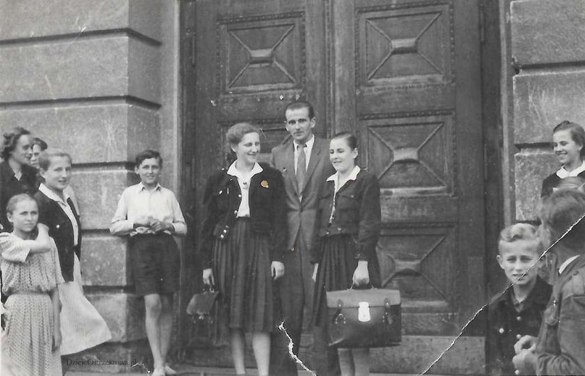 Szkoła Podstawowa nr 2 w Ostrzeszowie. 23. 06. 1951 rok, przed szkołą do pamiąt..., stare zdjęcia -