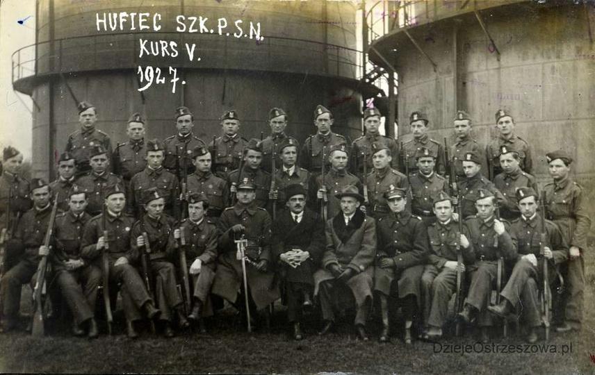Rok 1927, I Kompania Związku Strzeleckiego. Zdjęcie zrobiono na terenie ostrzesz... -