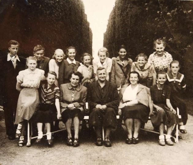 Wycieczka do Oliwy, na Hel i do Gdańska. rok 1952. W pierwszym rzędzie: państwo..., stare zdjęcia -