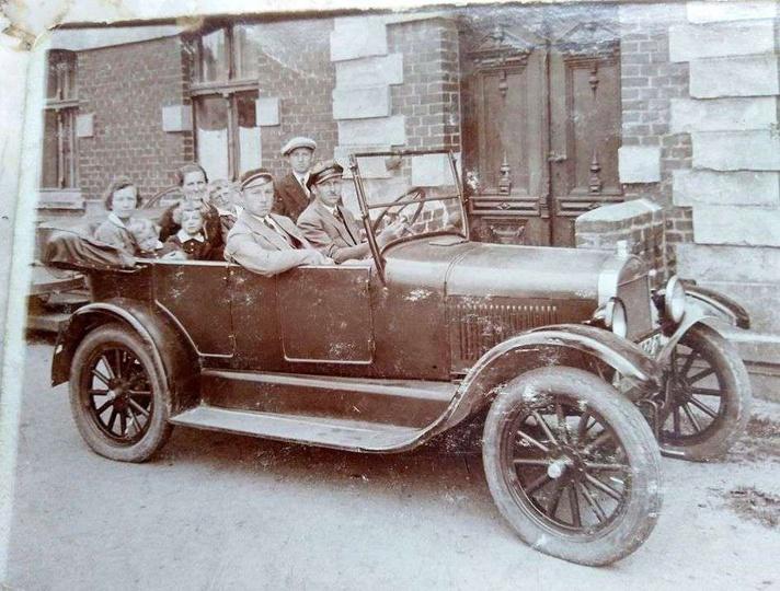 Rok ok. 1930, w samochodzie obok szofera siedzi Alfons Szeliga, z tył jego żona ..., stare zdjęcia -