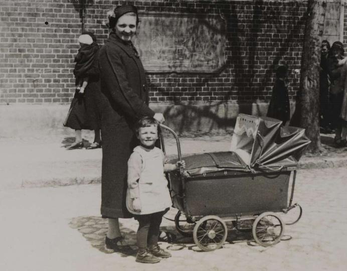 Koniec lat trzydziestych, plac Borek. Zofia Różańska z synem Marianem i śpiącą w..., stare zdjęcia -