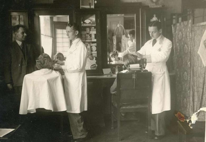 Wnętrze salonu fryzjerskiego ul. Kolejowa 19, lata 30-te. Od lewej stoją: Teodor..., stare zdjęcia -
