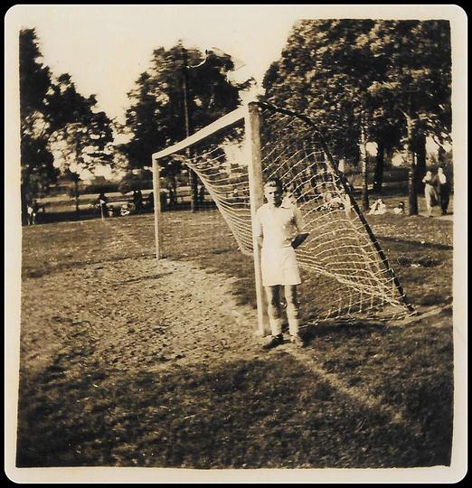 Rok 1957, boisko przy gazowni, obok bramki stoi Zenon Fabrowski., stare zdjęcia -
