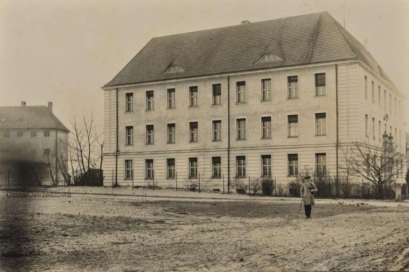Widoczny na zdjęciu gmach to budynek sądu wybudowany na początku XX wieku, obecn..., stare zdjęcia -