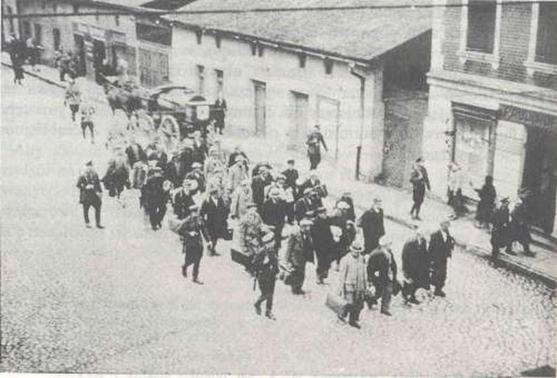 Konwój aresztowanych Polaków na dworzec kolejowy., stare zdjęcia -