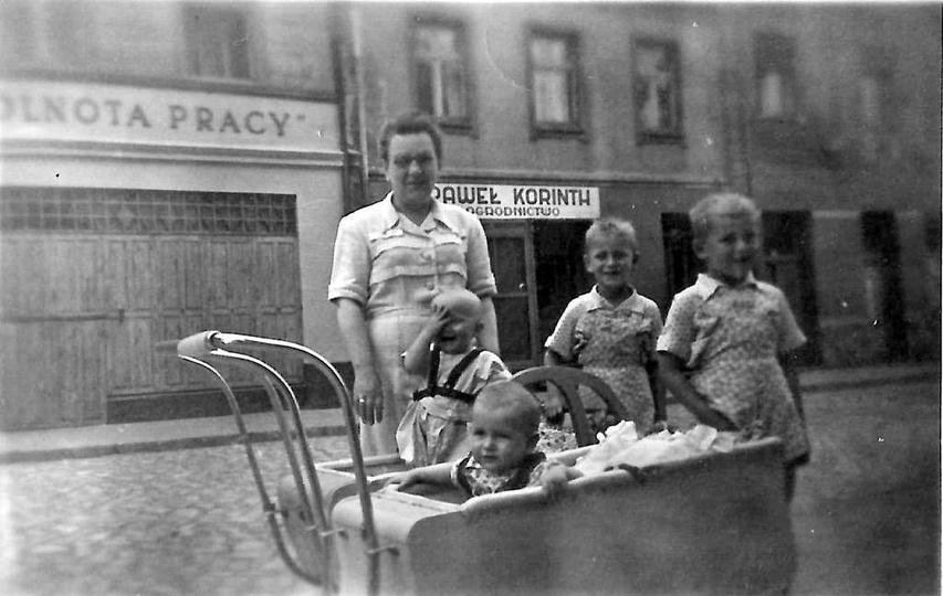 Rok ok. 1951, ulica Sikorskiego. Na zdjęciu Wanda Wiza na spacerze z gromadką ma..., stare zdjęcia -