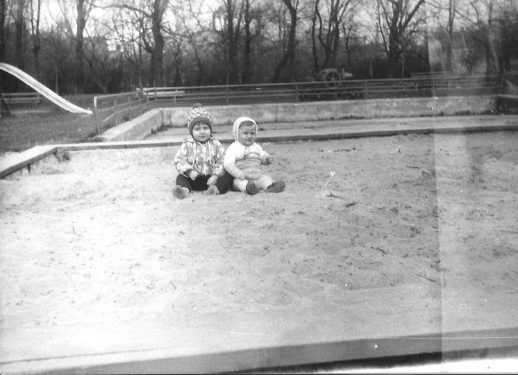 Początek lat osiemdziesiątych, ogródki dziecięce przy świetlicy TPD. Za brodziki..., stare zdjęcia -
