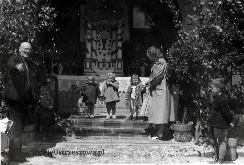Święto Bożego Ciała, lata pięćdziesiąte. Ołtarz na ulicy Targowej 4. Po lewej Sz..., stare zdjęcia -