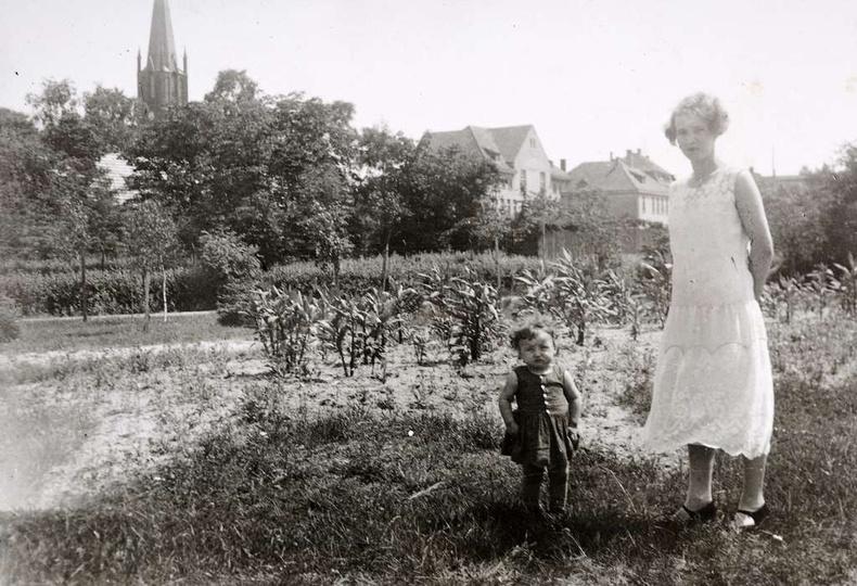Park Miejski w Ostrzeszowie, rok 1932. Na spacerze pani Krzymańska z Marylką Sio..., stare zdjęcia -