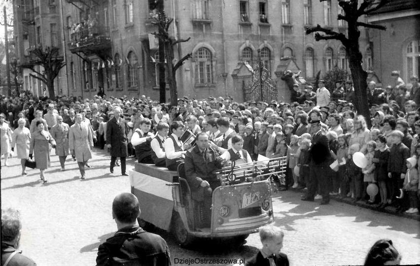 Rok 1970, pochód pierwszomajowy idzie ulicą Boh. Stalingradu (Zamkową),i zbliża ..., stare zdjęcia -