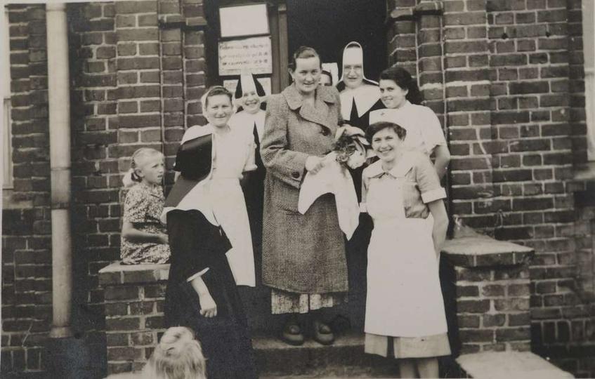 Rok 1952, stary szpital w Ostrzeszowie opuszcza szczęśliwa Helena Matysik, mama ..., stare zdjęcia -