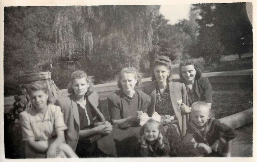 Przy fontannie w parku miejskim w Ostrzeszowie, lata pięćdziesiąte. Trzecia z le..., stare zdjęcia -