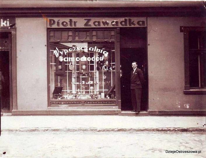 Lata międzywojenne, ulica kolejowa, sklep Piotra Zawadki. W progu stoi zięć pana..., stare zdjęcia -