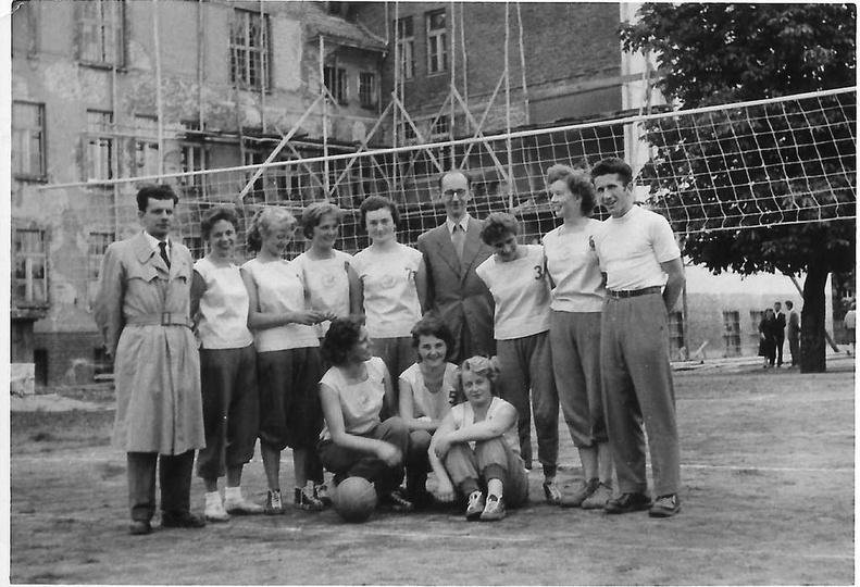 Rok 1958, na dziedzińcu Liceum Ogólnokształcącego stoją od lewej: Stanisław Sta..., stare zdjęcia -