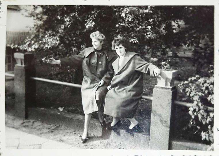 Rok 1960 wiosna. Marianna Andrzejewska z kuzynką Katarzyną Domagalską przed wejś..., stare zdjęcia -