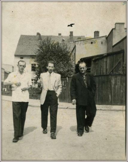 Rok 1955, styk ulicy Gen. Sikorskiego i Poprzecznej. Od lewej: Idzi Kocerka, Cze..., stare zdjęcia -