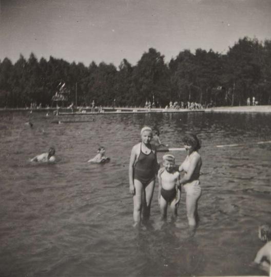 Ostrzeszowski basen, połowa lat pięćdziesiątych. Kąpielisko już po remoncie z be..., stare zdjęcia -