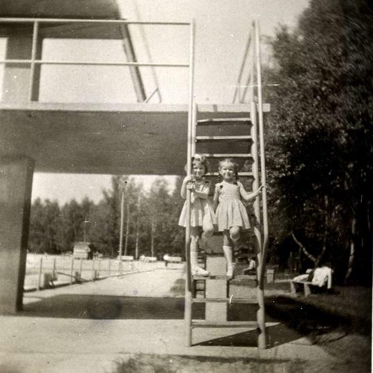 Ostrzeszowski basen po przebudowie, koniec lat pięćdziesiątych. Na trampolinę ws..., stare zdjęcia -