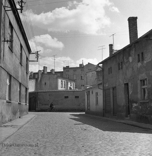 """Początek lat siedemdziesiątych, wybrukowana """"kocimi łbami"""" ulica Piekary. Na pra..., stare zdjęcia -"""