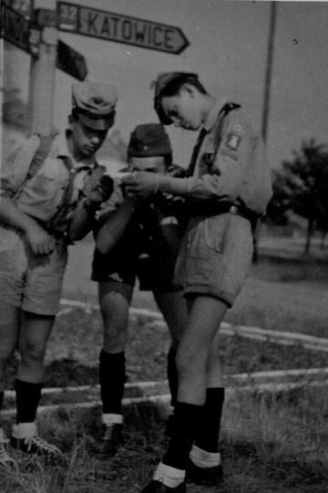 Patrol harcerzy w akcji. Rok 1959, skrzyżowanie Alei Wojska Polskiego (DK11) i ..., stare zdjęcia -