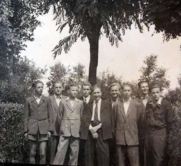 """Rok 1951 """"Na Zameczku pod akacjami."""" Od lewej strony stoją:Marian Puchała, Bohd..., stare zdjęcia -"""