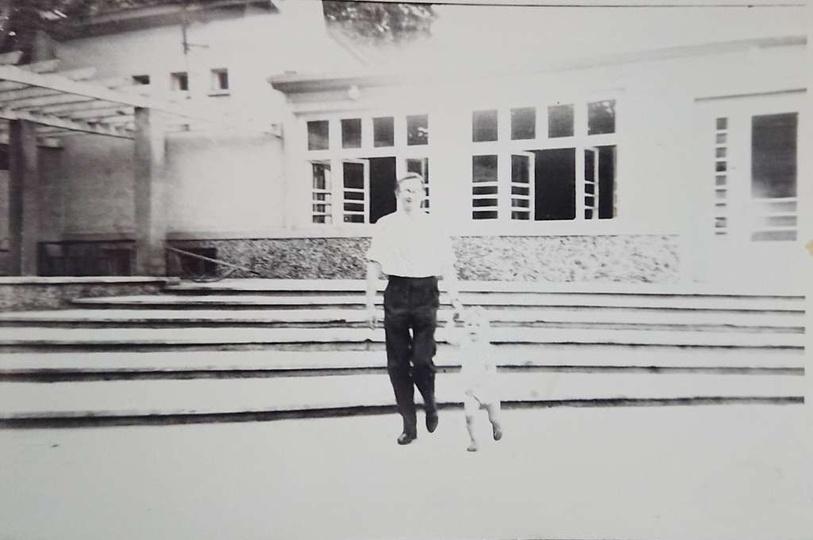 Rok 1964. Plac przed świetlicą TPD. Ryszard Szymański z synem (Romanem lub Dariu..., stare zdjęcia -
