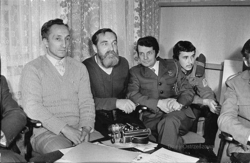 Harcówka hufca, rok 1974. Siedzą od lewej: Tadeusz Cudniewicz, Stanisław Hanisze..., stare zdjęcia -