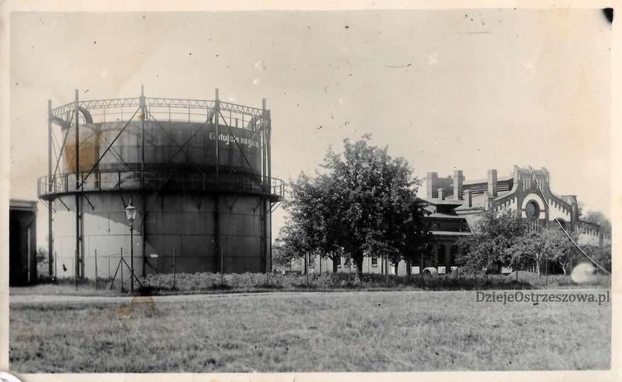 Ostrzeszowska gazownia, lata trzydzieste. Na zbiorniku widoczny napis zachęcając..., stare zdjęcia -