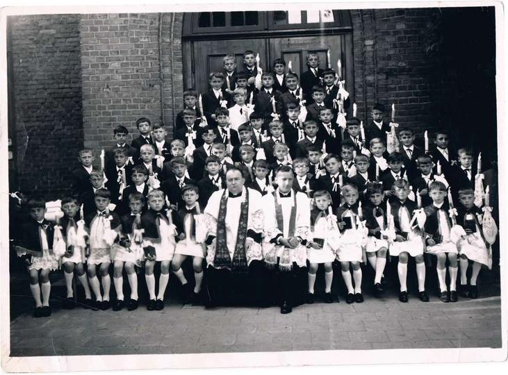 Zdjęcie grupowe z Pierwszej Komunii chłopców rocznik 1960. -