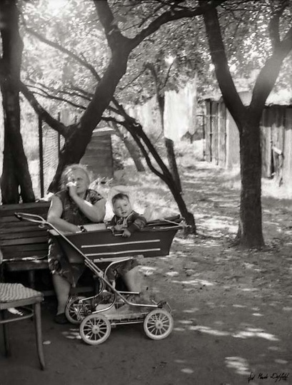 Rok 1985, Kasia z prababcią Józią. Podwórko domu, który stoi  na styku ulic: Sto..., stare zdjęcia -