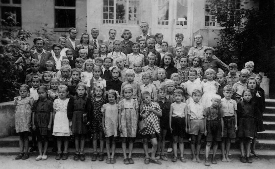 Rok 1950, na schodach pałacu w Rzetni stoją dzieci z Ostrzeszowa z koloni letnic..., stare zdjęcia -