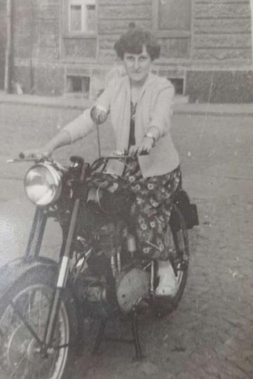 Rok 1959. Na motorze siedzi Marianna Andrzejewska. W tle kamienica przy ulicy Z..., stare zdjęcia -