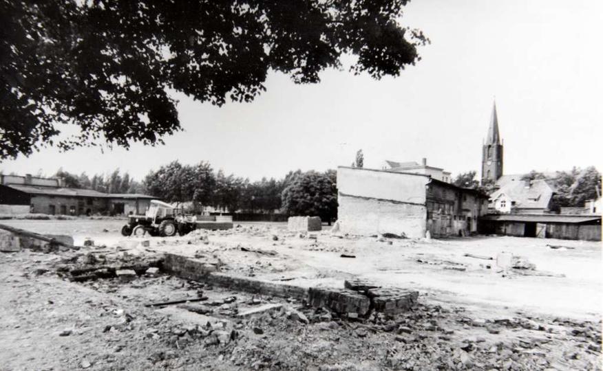 Rok 1967, porządkowanie placu pod budowę biblioteki. Po lewej, za widocznymi dom..., stare zdjęcia -