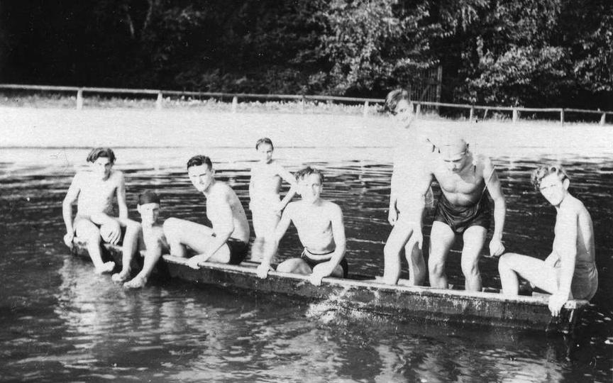 Taka łódź była na wyposażeniu ratownika p. Cielucha. Od lewej strony: siedzi Ja..., stare zdjęcia -
