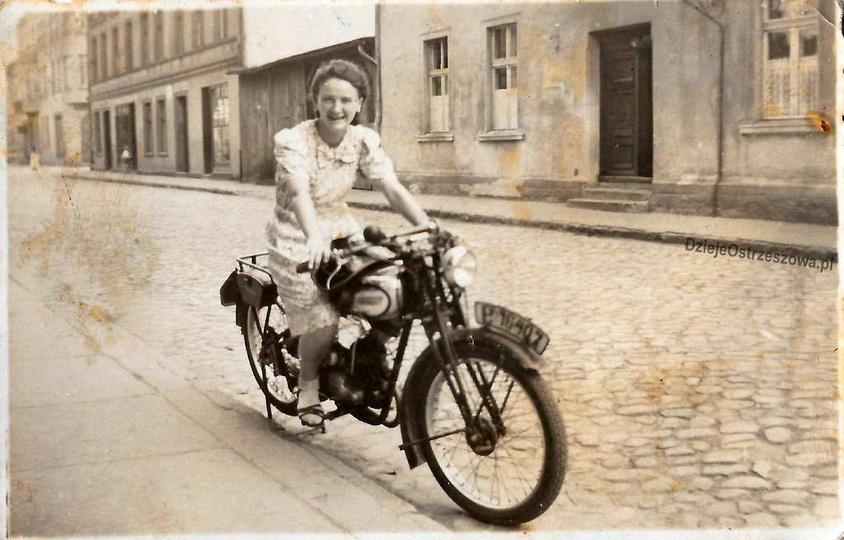 Lata pięćdziesiąte, ulica Armii Czerwonej. Na motorze siedzi pani Sobczakowa (z ..., stare zdjęcia -
