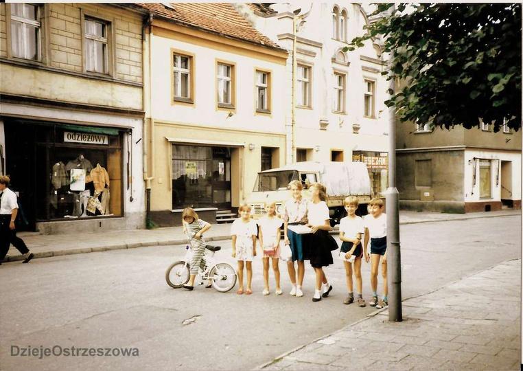 Początek lat dziewięćdziesiątych, ulica Sikorskiego. Zdjęcie z kolekcji śp. Tad... -