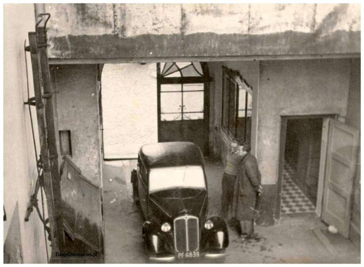 Schyłek lat sześćdziesiątych, podwórko przy ulicy Targowej 4. Obok samochodu DKW..., stare zdjęcia -