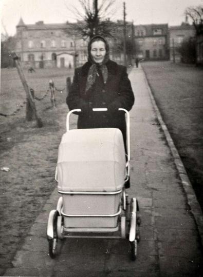 Lata 60-te, babcia Franciszka z wnuczką, w stylowym wózeczku z epoki, spaceruje ..., stare zdjęcia -