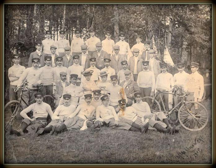 """Oddział kołowników ostrzeszowskiego """"Sokoła"""" na wycieczce w 1905 roku. Pod koni..., stare zdjęcia -"""