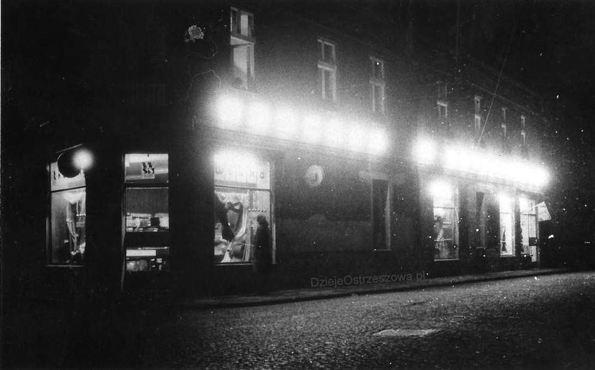 Ostrzeszów nocą. Sklep z tkaninami przy ulicy M. Kolbego (kamienica państwa Jan..., stare zdjęcia -